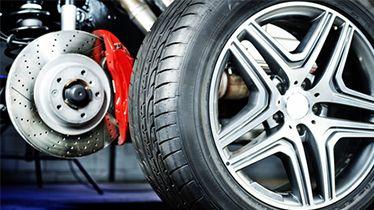 Autoreifen und Bremsscheibe in einer Werkstatt